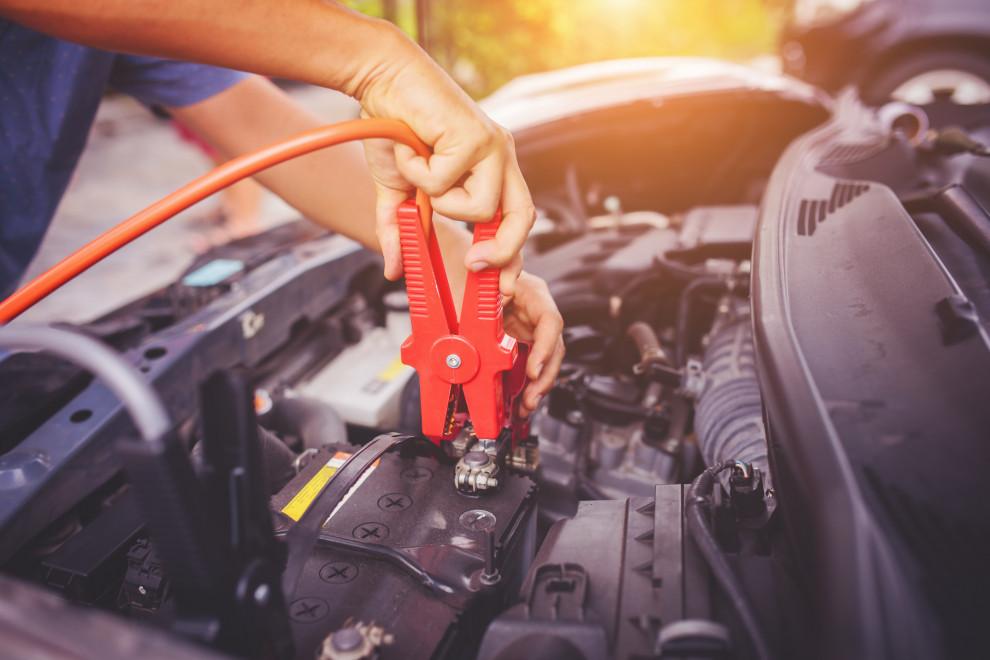 Cómo arrancar coche con pinzas